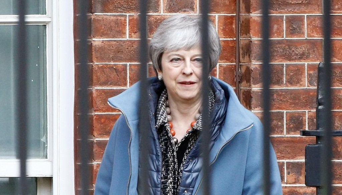Thủ tướng Anh Theresa May rời văn phòng ở số 10 phố Downing, London, ngày 1/4 - Ảnh: Reuters.