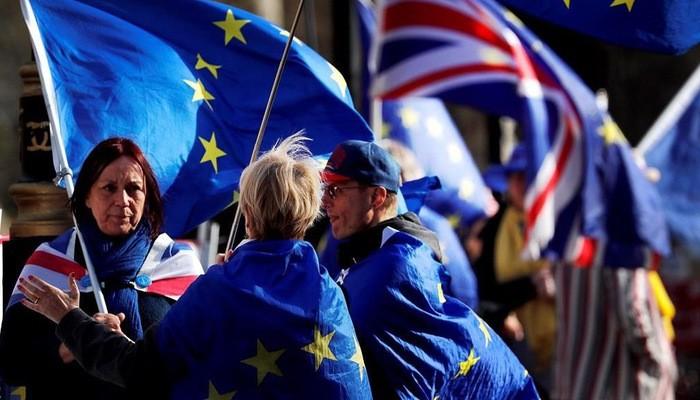 Người biểu tình về Brexit mang cờ Anh và cờ EU trên đường phố London hôm 26/3 - Ảnh: AP.