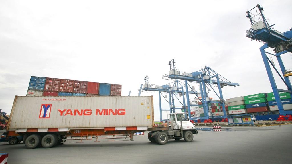 Về hợp đồng tương tự, HSMT yêu cầu nhà thầu có tối thiểu 1 hợp đồng thi công công trình đường bãi container có giá trị tối thiểu là 21,5 tỷ đồng. Ảnh: Minh Khuê