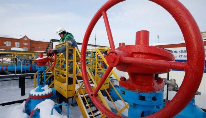 Nguồn cung trên thị trường dầu lửa toàn cầu vẫn đang dần thắt lại do nỗ lực giảm sản lượng của OPEC và Nga - Ảnh: Reuters.