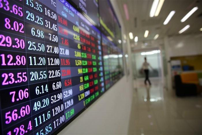 Từ tháng 4, VN-Index đã bám vào chứng khoán thế giới để lên xuống, mà Dow Jones thì đang trong vùng dao động cao nhất trong lịch sử 26.000-27.000 điểm. Ảnh minh họa Thành Hoa