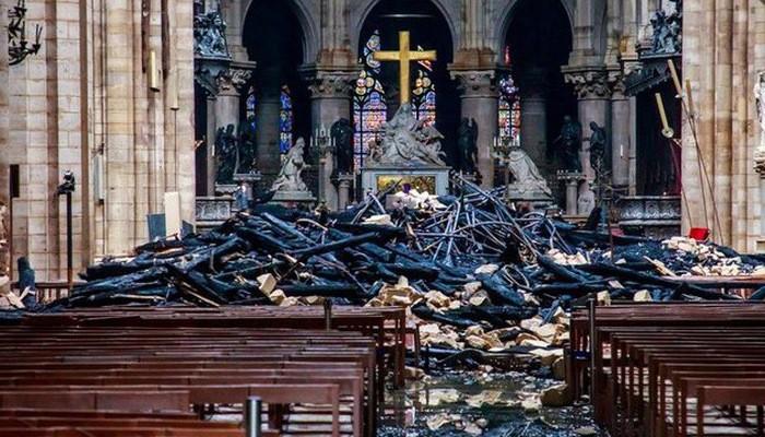 Quang cảnh bên trong giáo đường của Nhà thờ Đức Bà Paris sau vụ cháy hôm 15/4 - Ảnh: Reuters.