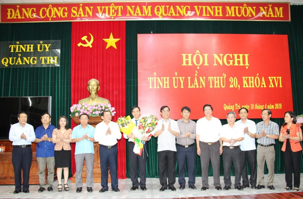 Lãnh đạo tỉnh Quảng Trị chúc mừng đồng chí Nguyễn Đăng Quang.