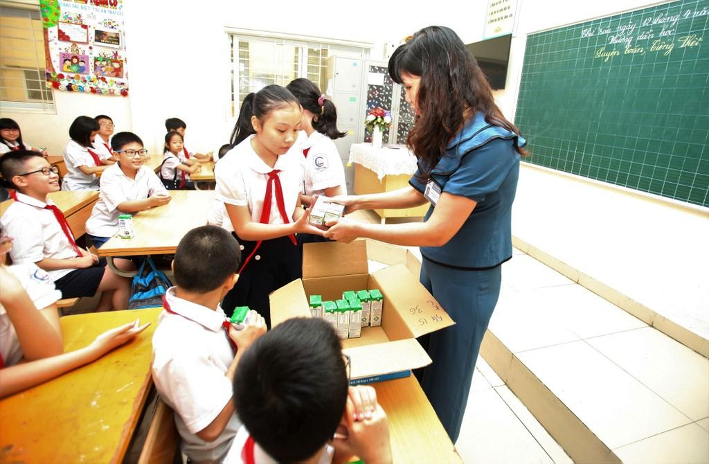 """Tỷ lệ học sinh tham gia Chương trình Sữa học đường tại nhiều trường ở Hà Nội đã nhanh chóng """"cán mốc"""" 100%"""