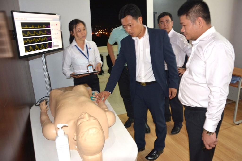 Thứ trưởng Bộ LĐTB&XH Lê Quân (đứng giữa) tham quan mô hình đào tạo điều dưỡng sang làm việc tại Nhật Bản tại Trường Cao đẳng Lê Quý Đôn Việt - Nhật