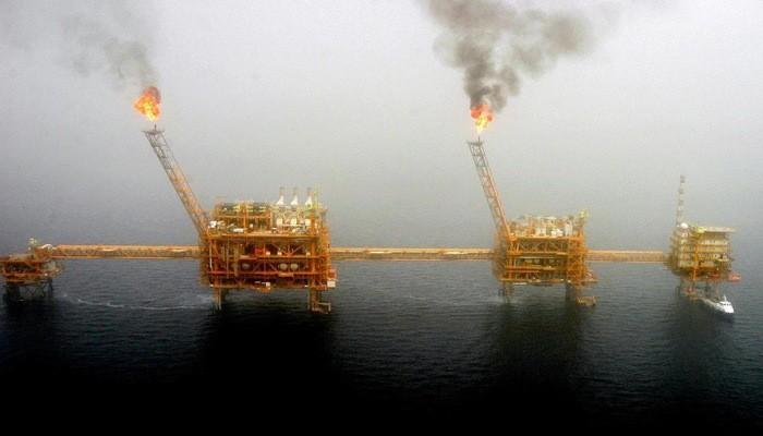 Một mỏ dầu của Iran trên vùng biển gần thủ đô Tehran hồi năm 2005 - Ảnh: Reuters.