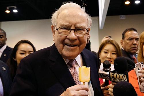 Warren Buffett trong một buổi đại hội cổ đông của công ty. Ảnh:WSJ