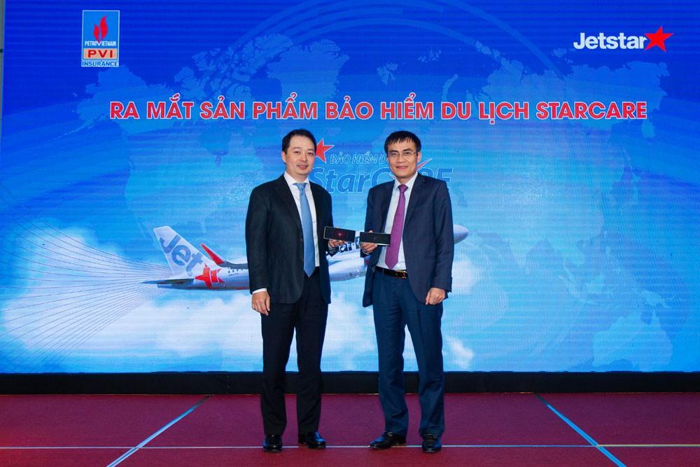 Ông Nguyễn Quốc Phương - Tổng giám đốc Jetstar Pacific Airlines (bìa trái) và ông Trương Quốc Lâm - Tổng giám đốc Bảo hiểm PVI (bìa phải) thực hiện kích hoạt sản phẩm Bảo hiểm Du lịch StarCARE