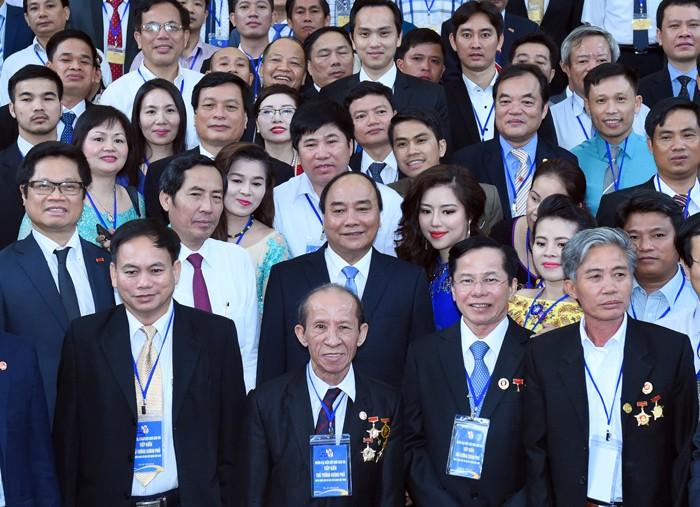 Thủ tướng Chính phủ Nguyễn Xuân Phúc gặp gỡ các đại biểu Chương trình Nhà báo đồng hành cùng doanh nghiệp, doanh nhân lần thứ hai, tổ chức ngày 10/6/2016 tại Hà Nội. Ảnh: Quang Hiếu