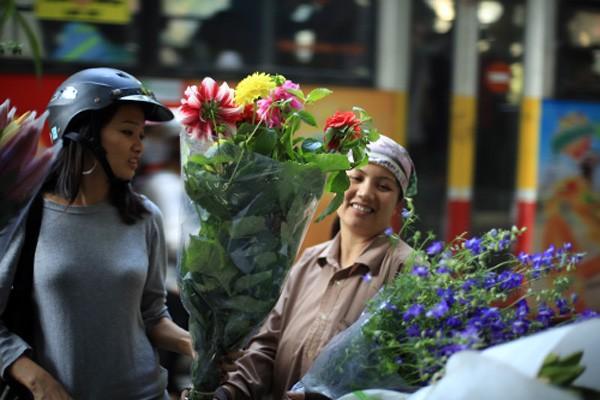 Từ khoảng 23 tháng Chạp âm lịch, các loại hoa bắt đầu theo chân thương lái tỏa xuống khắp phố phường của Hà Nội