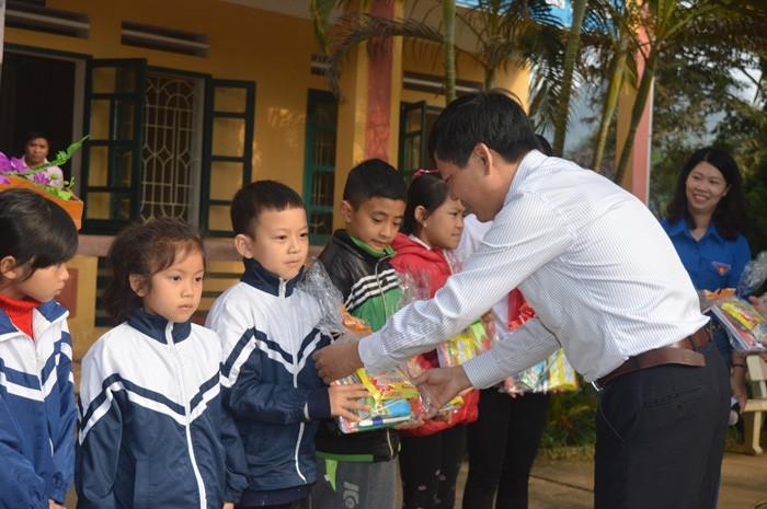 """Chương trình thiện nguyện """"Tiếp sức đến trường"""" đã trao nhiều món quà ý nghĩa cho các học sinh Trường Tiểu học Tân Nguyên"""