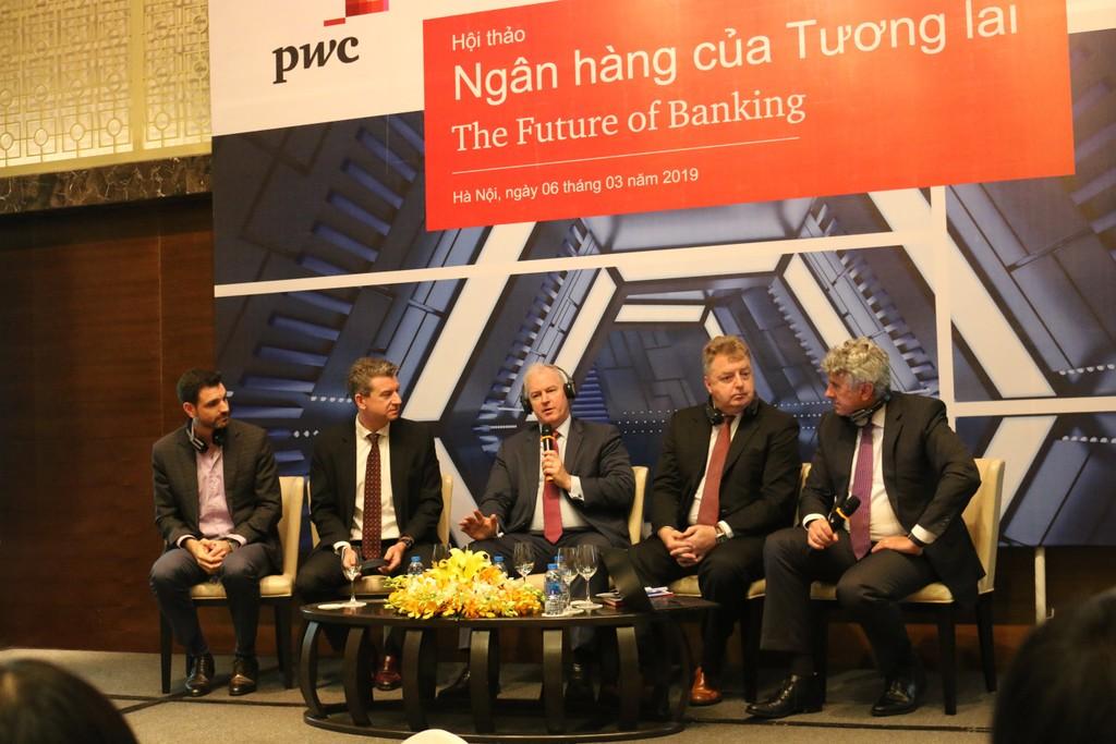 Ngành ngân hàng đang đối mặt với yêu cầu thay đổi từ kỳ vọng của khách hàng, công nghệ, pháp lý... Ảnh: H.A