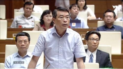 Thống đốc Lê Minh Hưng trả lời trước Quốc hội. Ảnh: Internet