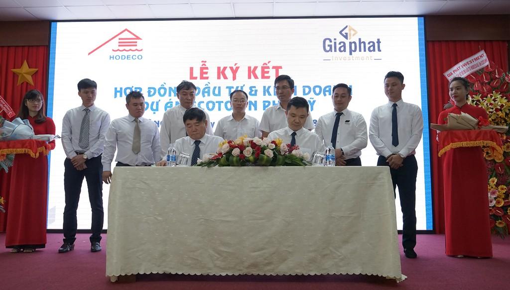 Tổng Giám đốc hai công ty  ký kết hợp đồng