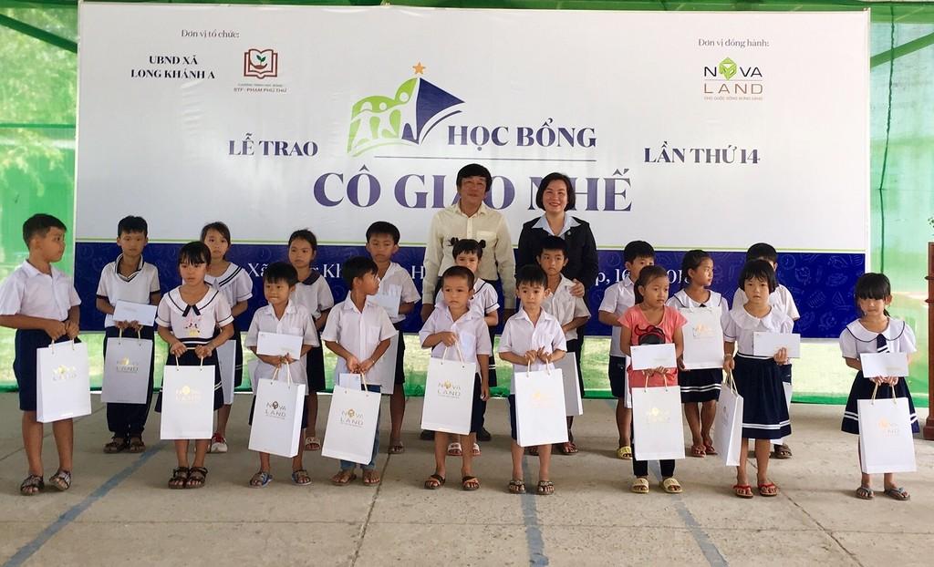 Đại diện Tập đoàn Novaland và lãnh đạo địa phương trao học bổng đến các em học sinh hiếu học