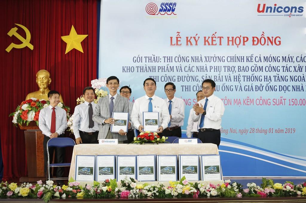 Ông Lê Chí Trung – Tổng Giám đốc Unicons (trái) trong lễ ký kết hợp đồng thi công nhà máy Tôn Phương Nam tại tỉnh Đồng Nai