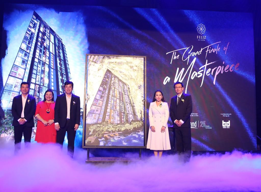 Ban giám đốc CapitaLand Việt Nam và Tổng lãnh sự Singapore tại TP.HCM trong lễ cất nóc