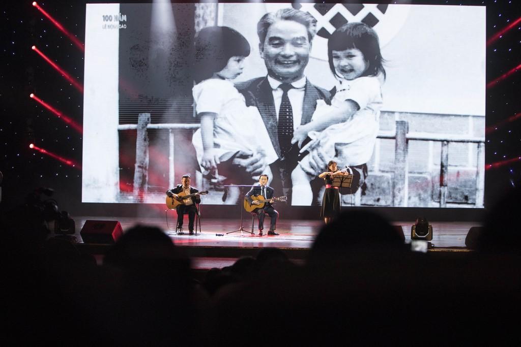 Ông Lê Viết Hải (ngồi giữa), Chủ tịch HĐQT Công ty CP Tập đoàn Xây dựng Hòa Bình, con trai của cố Chủ tịch Danh dự Lê Mộng Đào, thể hiện một ca khúc tại Đêm tưởng niệm