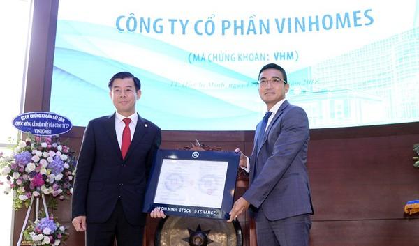 Ông Lê Hải Trà, Phụ trách HĐQT HOSE trao quyết định chính thức niêm yết cổ phiếu Vinhomes – VHM
