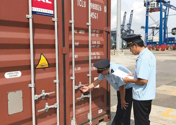 Các doanh nghiệp xuất nhập khẩu tiêu tốn thêm 15.000 tỷ đồng mỗi năm vì chi phí kiểm tra chuyên ngành. Ảnh: Lê Thu