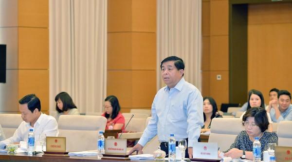 Bộ trưởng Bộ Kế hoạch và Đầu tư Nguyễn Chí Dũng trình bày tờ trình dự án luật. Ảnh: Lâm Hiển
