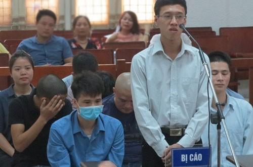 Nhóm bị cáo trong vụ án sai phạm tại sàn vàng ảo IG tại phiên tòa sơ thẩm.