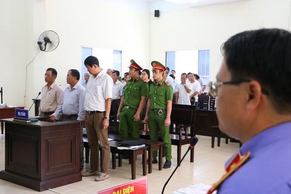 Phiên toà xét xử các bị cáo nguyên là lãnh đạo Sở Địa chính Bình Dương, Trưởng Phòng Nông nghiệp và Phát triển Nông thôn thị xã Bến Cát và thuộc cấp.