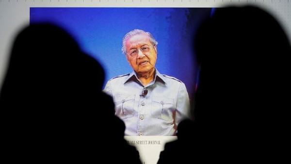 Một màn hình truyền hình ảnh tân Thủ tướng Malaysia Mohathir Mohamad tham dự hội nghị Wall Street Journal CEO ở Tokyo, ngày 15/5 - Ảnh: Reuters.