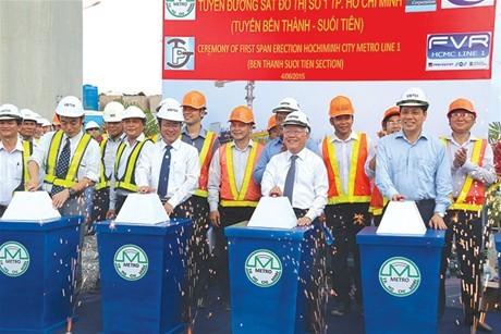 Lắp dầm cầu đầu tiên của tuyến metro Bến Thành - Suối Tiên