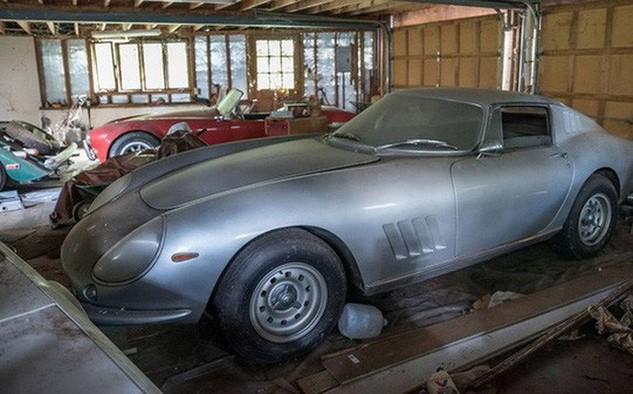 Hai chiếc siêu xe phủ đầy bụi trong garage. Ảnh: Foxnews