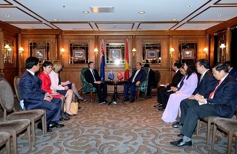 Thủ tướng trao đổi với đại diện Ngân hàng Dự trữ New Zealand - Ảnh: VGP