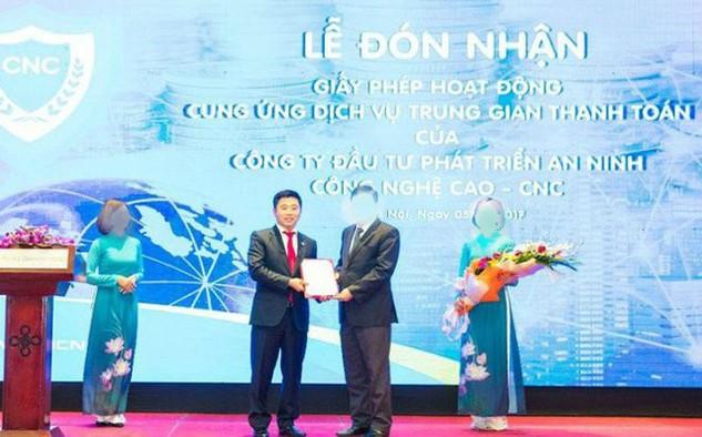 Một hình ảnh hiếm hoi của Nguyễn Văn Dương khi đại diện cho CNC nhận giấy phép hoạt động cung ứng dịch vụ trung gian thanh toán của CNC năm 2017
