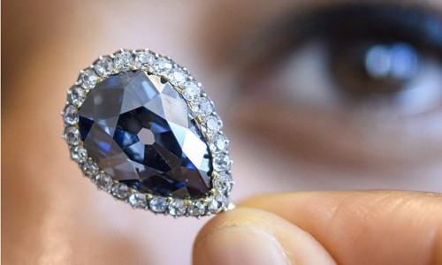 Viên kim cương xanh lục được đấu giá 6,7 triệu USD. Ảnh: BBC.