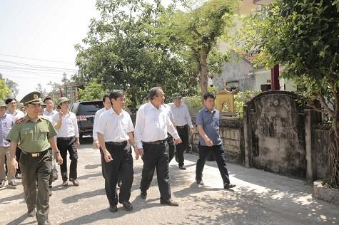 Phó Thủ tướng Trương Hòa Bình đến thăm hỏi, động viên, kiểm tra tình hình đời sống của ngư dân một số xã trên địa bàn tỉnh Quảng Bình - Ảnh: VGP