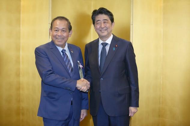 Phó Thủ tướng Thường trực Chính phủ Trương Hòa Bình và Thủ tướng Nhật Bản Shinzo Abe - Ảnh: VGP