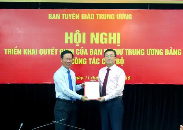 Đồng chí Võ Văn Thưởng trao Quyết định bổ nhiệm cho đồng chí Bùi Trường Giang.