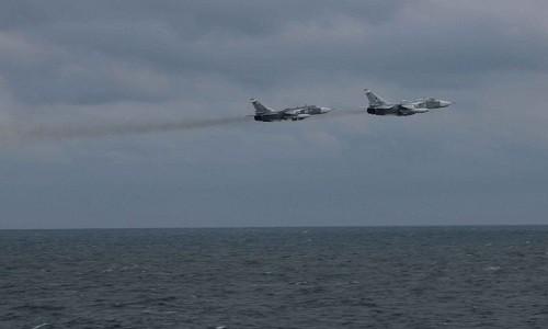 Hai máy bay ném bom Su-24 của Nga trên Biển Đen ngày 10/2/2017. Ảnh:CNN