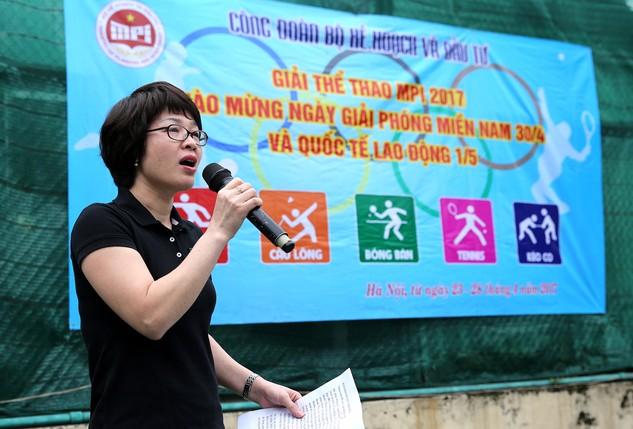 Chánh văn phòng Công đoàn Bộ Kế hoạch và Đầu tư Vũ Thị Xuân Hạnh phát biểu khai mạc giải. Ảnh: Lê Tiên