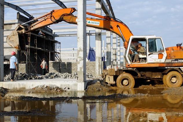 Doanh nghiệp xây dựng Việt Nam còn yếu và thiếu về máy móc, thiết bị. Ảnh: Tiên Giang