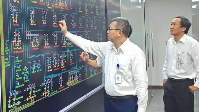 Lãnh đạo EVNHCMC theo dõi biểu đồ lưới điện của hệ thống điều khiển từ xa tại Trung tâm Điều độ Hệ thống điện