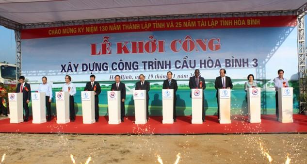 Đồng chí Nguyễn Xuân Phúc, Ủy viên Bộ Chính trị, Thủ tướng Chính phủ và lãnh đạo các bộ, ngành T.Ư, tỉnh bấm nút khởi công công trình cầu Hòa Bình 3.