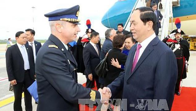 Đại diện Chính phủ Italy đón Chủ tịch nước và Phu nhân tại sân bay quân sự Ciampino, Roma. Ảnh: TTXVN