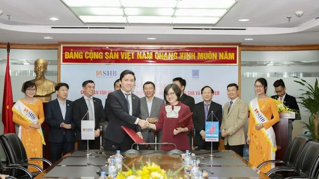 Nguyễn Việt Bảo – GĐ Trung tâm kinh doanh SHB và Bà Nguyễn Thị Ngọc Bích - Phó Tổng giám đốc PV Power ký kết hợp đồng tín dụng