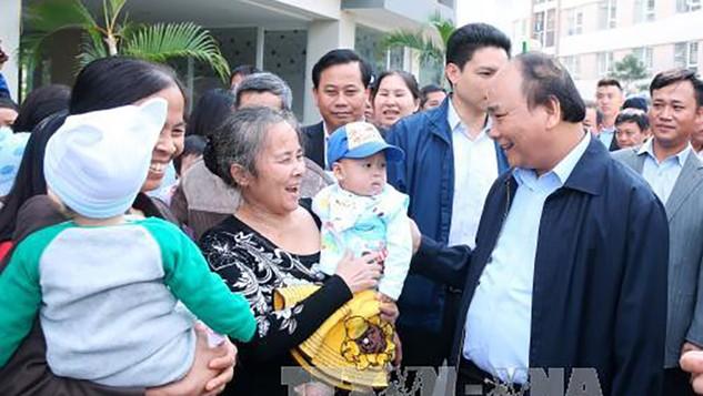 Thủ tướng Nguyễn Xuân Phúc thăm hỏi nhân dân tại Khu đô thị Đặng Xá, huyện Gia Lâm (Hà Nội). Ảnh: TTXVN