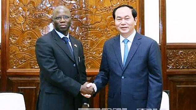 Chủ tịch nước Trần Đại Quang và Giám đốc Quốc gia Ngân hàng Thế giới tại Việt Nam Ousmane Dione. Ảnh: TTXVN