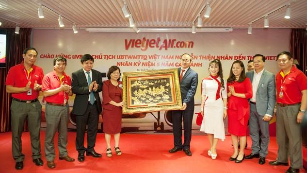 Chủ tịch UBTWMTTQVN Nguyễn Thiện Nhân tặng quà chúc mừng Ban Lãnh đạo Vietjet nhân sự kiện Kỷ niệm 05 năm Cất cánh.