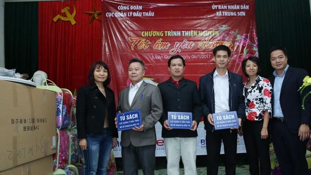 Lãnh đạo Cục Quản lý đấu thầu trao tủ sách cho đại diện các trường Tiểu học, Trung học cơ sở và Trung học phổ thông Trung Sơn, Yên Sơn, Tuyên Quang.