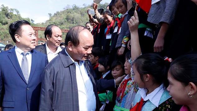 Thủ tướng thăm hỏi các em học sinh tại xã Lý Bôn, huyện Bảo Lâm, tỉnh Cao Bằng.