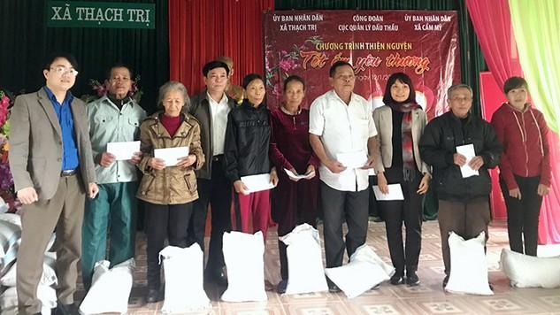 Công đoàn Cục QLĐT trao 100 suất quà Tết tới các hộ nghèo Hà Tĩnh