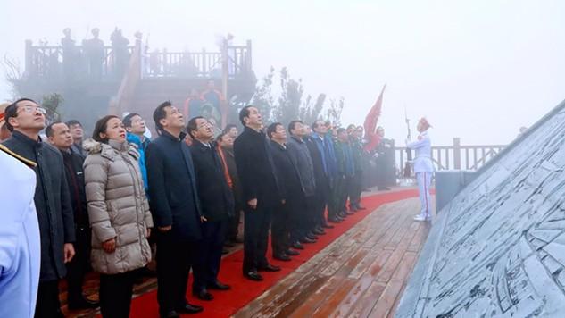 Chủ tịch nước dự Lễ thượng cờ trên đỉnh Fansipan.
